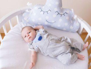 W jaki sposób skompletować łóżeczko dla niemowlaka?